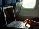 Việt Nam chưa cấm mang laptop lên máy bay