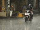 Dự báo mưa mới phát tin, người Sài Gòn đã ướt sũng