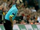 """Trọng tài bị dội """"bom nước"""" ở derby Istanbul"""
