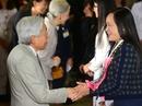 Nhật Hoàng ấm áp nắm tay, trò chuyện với cựu du học sinh Việt Nam