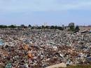 """""""Núi rác"""" khổng lồ đe doạ bãi biển Sầm Sơn"""