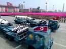"""Diễu binh rầm rộ, Triều Tiên lần đầu """"khoe"""" tên lửa tàu ngầm"""