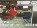 Đi trễ, hành khách Trung Quốc tát nhân viên sân bay