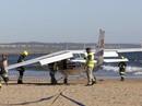Hạ cánh khẩn cấp trên bãi biển, máy bay đụng chết 2 người