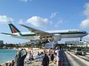 Sân bay hạ cánh cách đầu du khách vài mét