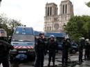 Tấn công bằng búa ngoài Nhà thờ Đức Bà Paris