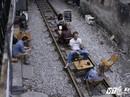 Du khách thích thú cà phê đường ray tàu hỏa Hà Nội