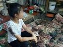 Xem xét khởi tố vụ hất chất bẩn vào người phụ nữ bán thịt heo giá rẻ