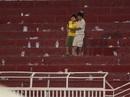 Rác ngập sân Thống Nhất sau trận thua của SLNA