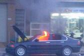 Xe BMW bốc cháy trên phố