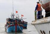 Hải quân cứu 2 tàu ngư dân gặp nạn