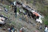 Tài xế xe buýt lạc tay lái, hơn 60 người thương vong
