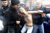 Ngực trần tấn công ông Berlusconi