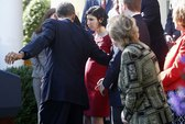 Ông Obama nhanh tay đỡ thai phụ bị choáng