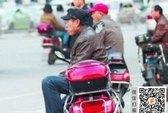Công chức Trung Quốc chạy xe ôm kiếm thêm