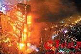 Tòa nhà chọc trời cháy như đuốc suốt đêm