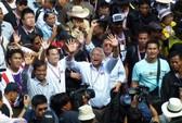 Người biểu tình Thái Lan bám riết nữ thủ tướng