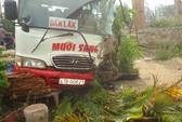 Phóng nhanh, xe khách tông xe bồn, 3 người trọng thương