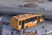 Cầu vượt phục vụ World Cup đè nát xe buýt, 22 người thương vong