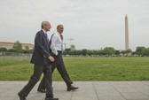 Ông Obama khoác áo đi dạo công viên