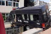 Xe cảnh sát lao thẳng lên tầng 3 tòa nhà ven đường