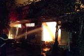 Chủ đốt nến bỏ đi, tiệm tạp hóa cháy rụi