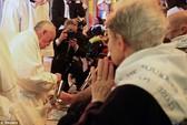 Giáo hoàng Francis rửa chân cho tín đồ Hồi giáo