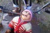 Syria: Bức ảnh chĩa súng vào em bé quỳ gối gây sốc