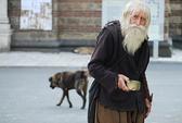 Người ăn xin gửi tiền giúp nhà thờ và trẻ mồ côi