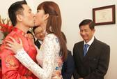 Ngọc Quyên hôn chú rể nồng cháy trong lễ rước dâu