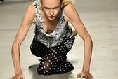 Người mẫu lại té trên sàn catwalk
