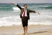 """""""Mr Bean"""" hăng hái đua xe ở tuổi 59"""