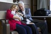 Nhà Clinton hạnh phúc khoe ảnh thành viên mới