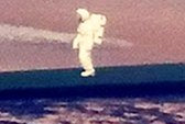 Phi hành gia đi dọc bờ biển?