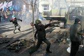 Người biểu tình Ukraine đốt xe, ném đá cảnh sát