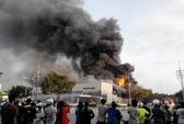 2 giờ cháy lớn ở công ty mực in, lính cứu hỏa vẫn lăn xả