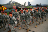 Lính Mỹ, máy bay NATO ồ ạt đến Đông Âu