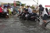 Vật vã trên đường Tân Hóa sau cơn mưa xối xả chiều nay