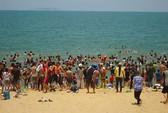 """Hàng ngàn người tắm biển để... """"xả xui"""""""