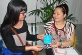 Ánh Tuyết trao sổ tiết kiệm cho con gái cố nhạc sĩ Thanh Bình