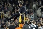 CĐV mặc đồ cưới mừng Juventus vô địch Ý lần thứ 30
