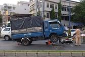 Xe tải tông người trọng thương, leo dải phân cách