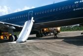 Đắn đo phạt khách mở cửa thoát hiểm máy bay VNA để về sớm