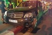 Xe Mercedes húc đổ biển báo, lao 40 m trên dải phân cách