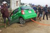 Chạy trốn CSGT, taxi Mai Linh đánh võng, lao xuống hố sâu