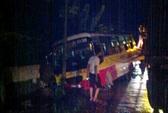 Xe buýt tông sập tường nhà dân, hàng chục hành khách hú vía