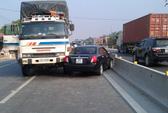 Ngang nhiên đi ngược chiều, xế hộp bị xe tải tông