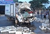 Bị xe bồn tông, tài xế xe tải kẹt cứng trong ca bin bẹp dúm