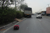 Nhặt đồ rơi, một phụ nữ bị xe tải cán chết