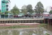 TP HCM: Sà lan đâm vào trụ cầu tạm, nhiều người ngỡ cầu sập